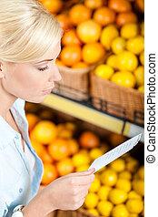 lista de compras, por, miradas, fruits, niña, pila