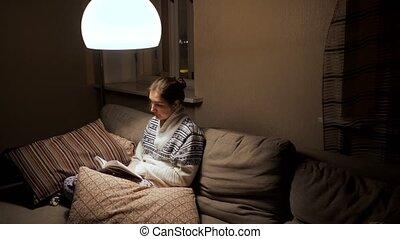 lit, brunette, femme, soir, livre