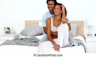 lit, couple, décontracté, étreindre