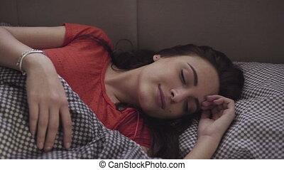 lit, elle-même, mouvement, beau, girl, lent, après, métrage, étirage, sleeping.