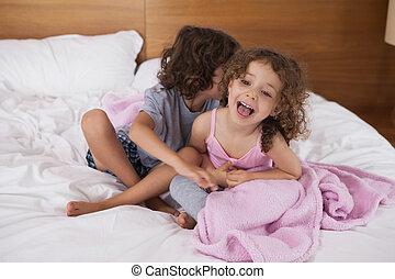 lit, frères soeurs, séance, heureux