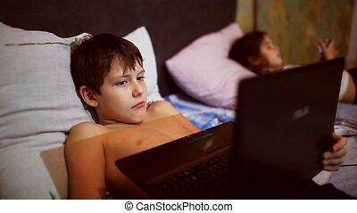 lit, jeux, mensonge, jouer, gosse, adolescent, informatique, soir, cahier, ordinateur portable, garçon, sien