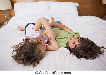 lit, jouer, frères soeurs, heureux