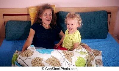 lit, mère, girl, enfantqui commence à marcher, jouer, heureux