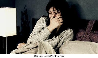 lit, pleurer, femme, jeune, désespéré