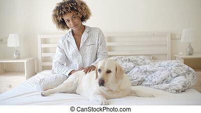 lit, reposer, femme, chien, elle