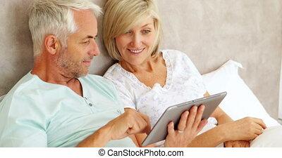 lit, utilisation, couple, tablette, bavarder