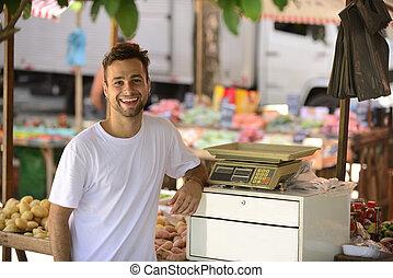 liten affärsverksamhet innehavare, säljande, organisk, frukter och vegetables, hos, en, öppna, gata, market.