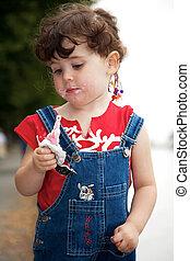 liten flicka, är, äta, jordgubbe, glass