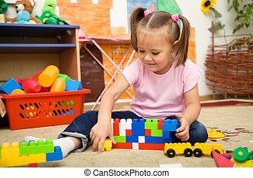 liten flicka, är, leka, med, anläggning tegelsten
