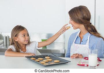 liten flicka, ge sig, a, kaka, till, henne, mor