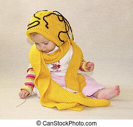 liten flicka, gul, mössa, a