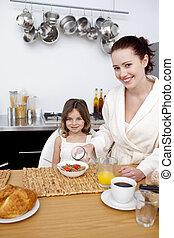 liten flicka, ha, frukost, med, henne, mor