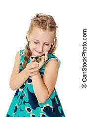 liten flicka, holdingen, in, räcker, a, liten, turtle.