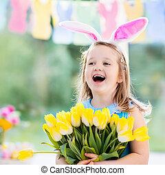 liten flicka, in, kanin öra, på, påsk ägg jaga