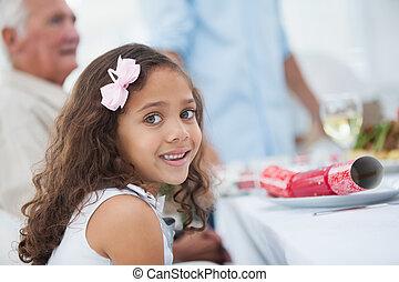 liten flicka, jul middag, bord, sittande