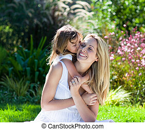 liten flicka, kyssande, henne, mor, in, a, parkera