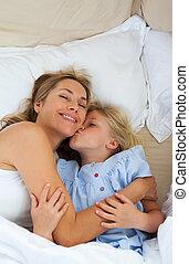 liten flicka, kyssande, henne, mor