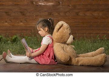 liten flicka, läsning en boka