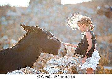 liten flicka, med, åsna, på, den, ö, av, mykonos