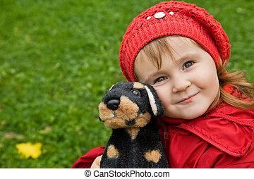 liten flicka, med, a, leksak hund, i park