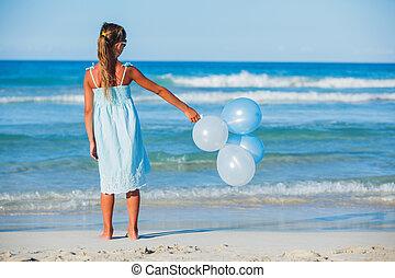 liten flicka, med, ballons, stranden