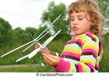 liten flicka, med, leksak flygmaskin, in, räcker, utomhus