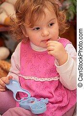 liten flicka, med, leksak, smink