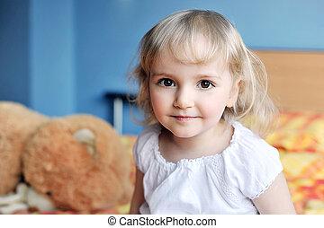 liten flicka, med, len leksak