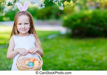 liten flicka, med, påsk eggar