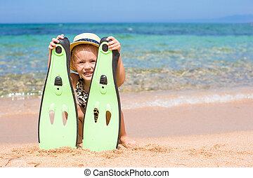 liten flicka, med, simfötter, och, goggles, för, snorkling, stranden