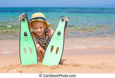 liten flicka, med, simfötter, och, goggles, för, ssnorkling, stranden