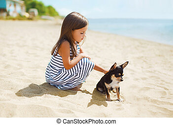 liten flicka, och, litet, hund, stranden, in, solig, sommar dag, nära, hav, barn, med, valp, utomhus