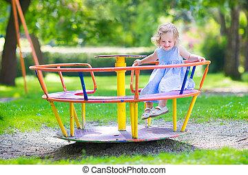 liten flicka, på, a, lekplatsen