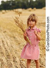liten flicka, på, den, fält, med, vete