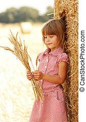 liten flicka, på, den, fält, med, vete, hös packe