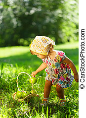 liten flicka, på, gräs, med, äpplens korg