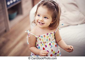 liten flicka, stående, söt
