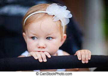 liten knatte, flicka, stående