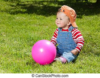 liten knatte, sitta, med, boll, i trädgården