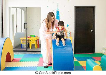 liten pojke, gör, fysikalisk terapi