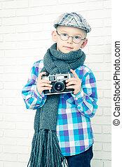 liten pojke, in, a, mössa, och, scarf, med, retro, kamera