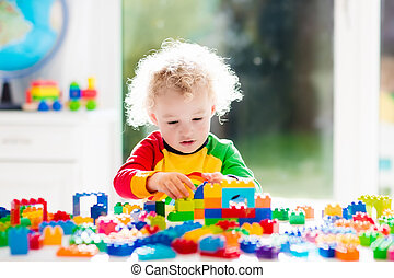 liten pojke, leka, med, plast spärrar