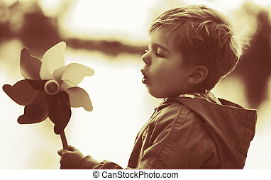 liten pojke, leka, väderkvarn, leksak