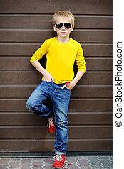 liten pojke, stilig, stående, utomhus