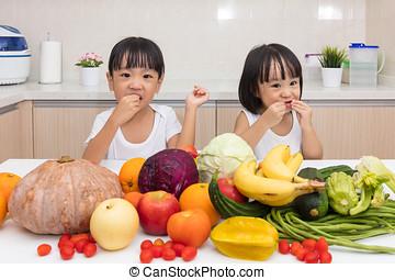 litet, äta, kinesisk, sisters, frukt, asiatisk grönsak, lycklig