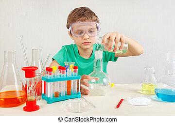litet, apotekare, in, säkerhetsgoggles, gör, kemisk, prov, in, laboratorium