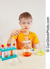 litet, apotekare, in, säkerhetsgoggles, studierna, kemisk, praktik, in, laboratorium