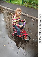 litet, cykel, asfalt, reflexion, pöl, går, våt, flicka