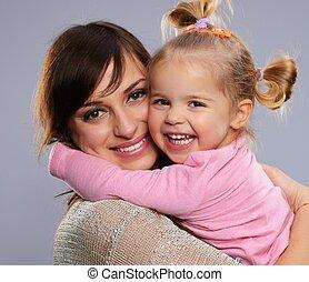 litet, dotter, henne, omfamningar, ung, mor, leende glada